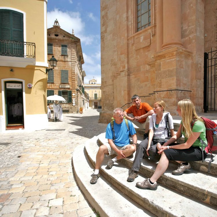 Vor der Kathedrale von Ciutadella